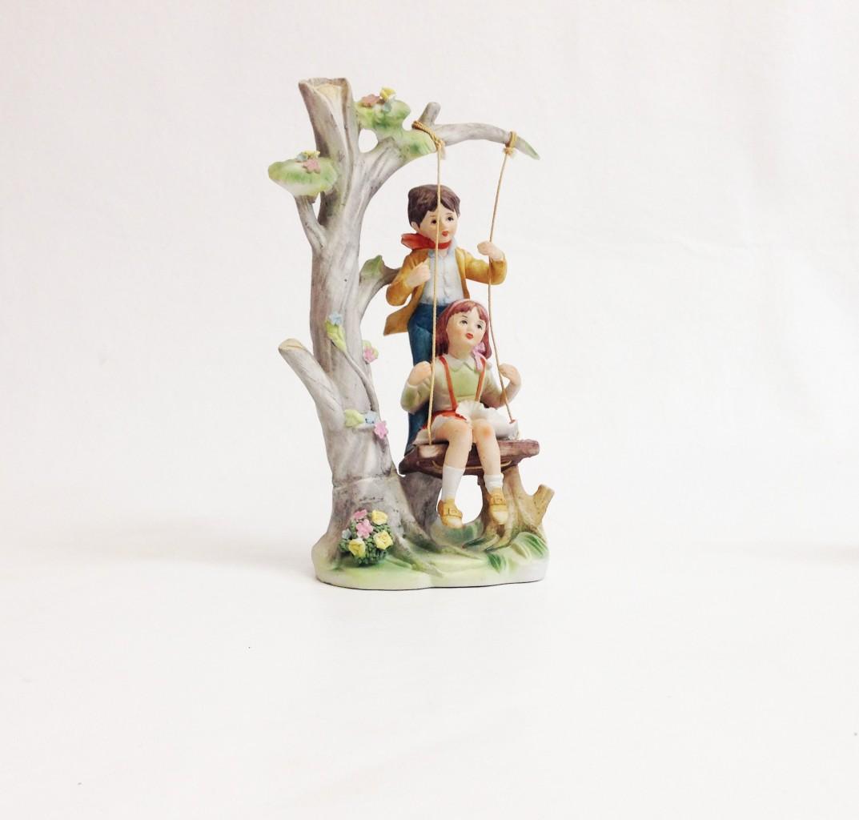 Porcelán hintázó pár