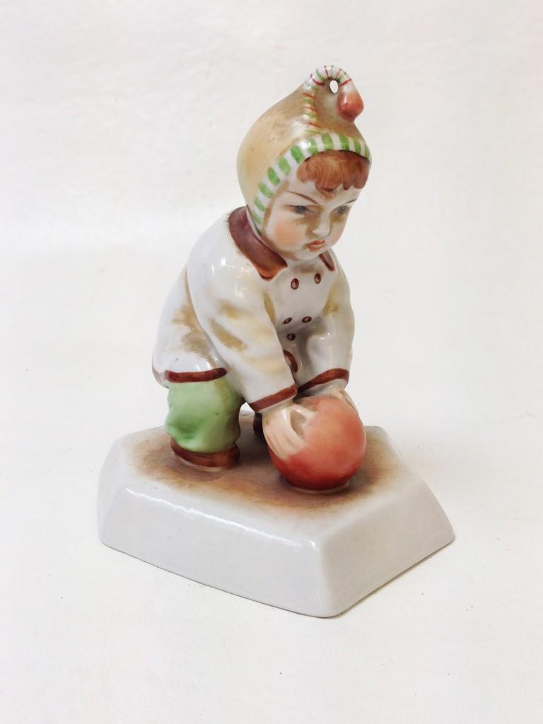 Zsolnay-Sinkó labdázó kisfiú