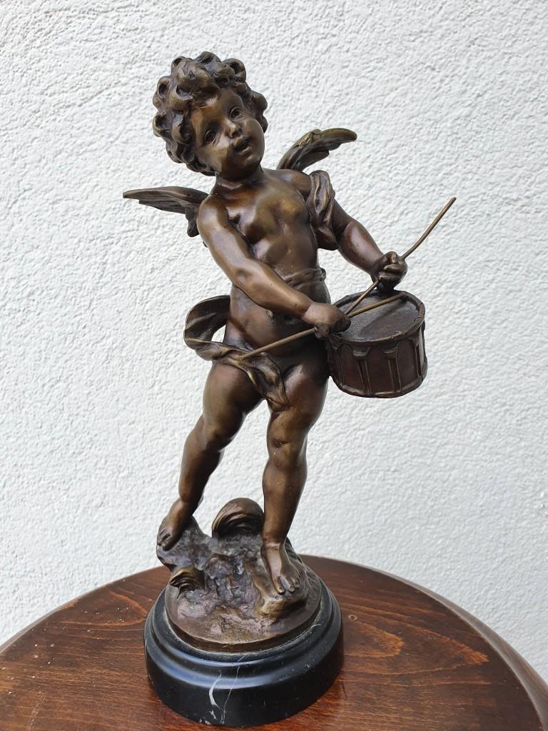 Zenélő puttó bronz szobor