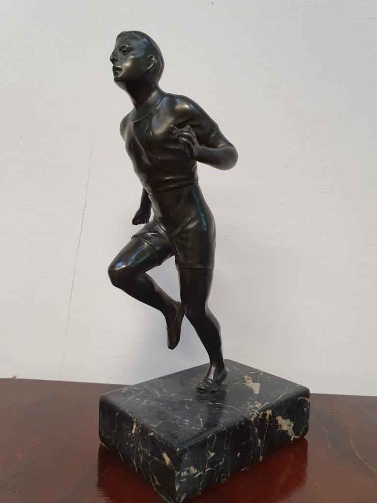 Futó bronz szobor márvány lapon