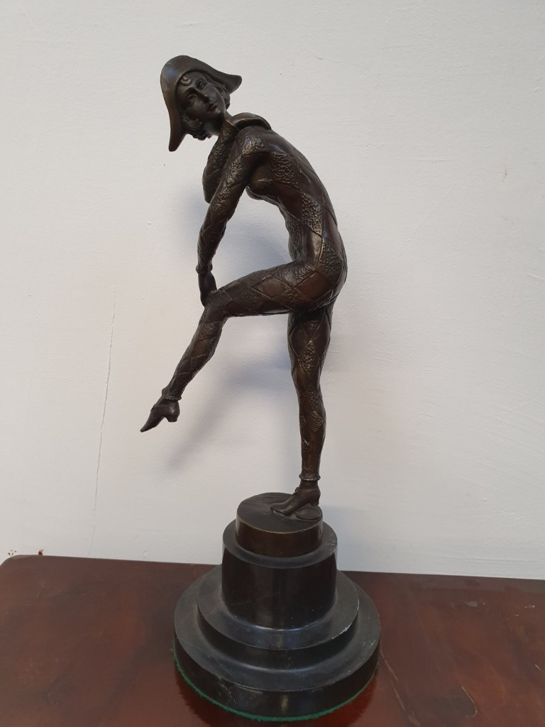 Táncosnő - bronzszobor gránit talapzaton