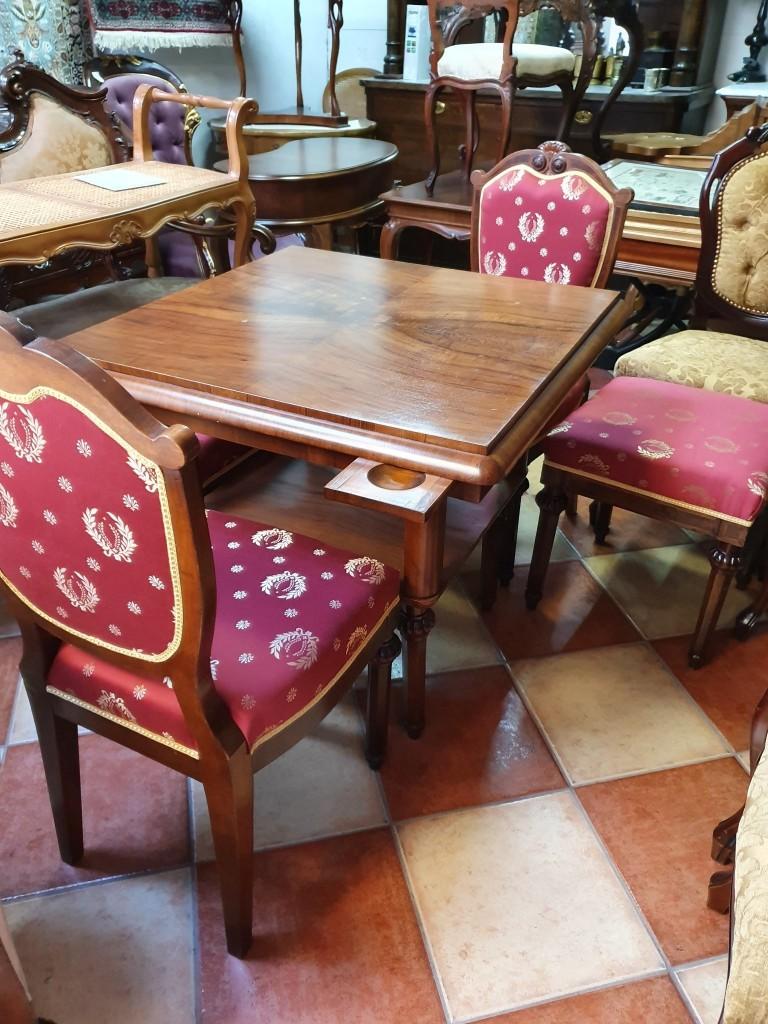 Antik játékasztal restaurálva, két székkel és két zsámollyal